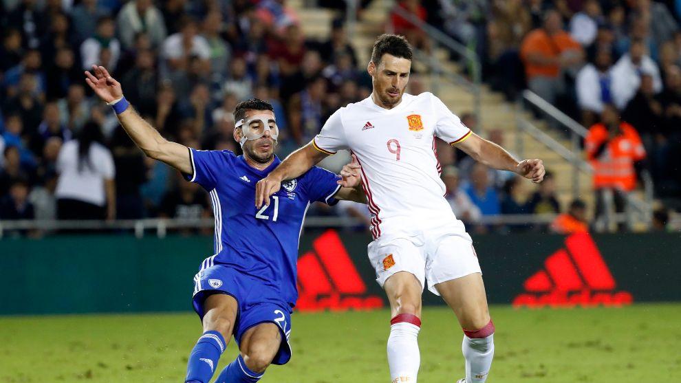 Aritz Aduriz disputa una pelota en un balón con España