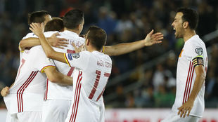Los jugadores de la selección española celebran el gol de...