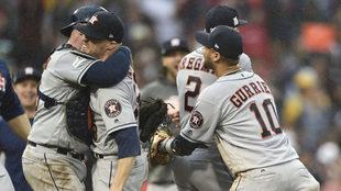 Los Astros remontan en el cuarto juego para vencer a Red Sox.