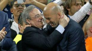 Zidane es felicitado por Florentino en el palco del Giuseppe Meazza.