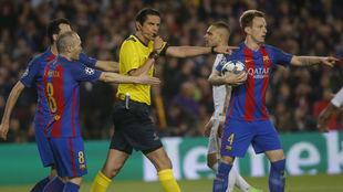 Aytekin durante el Barcelona-PSG de octavos de final de la Champions...