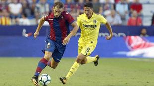 Iván López intenta conducir el balón ante la presión de Pablo...