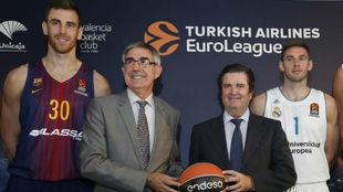 Claver y Causeur, junto a Jordi Bertomeu y Borja Prado, presidente de...