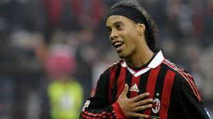 Ronaldinho, con el Milan, en un partido frente al Nápoles.