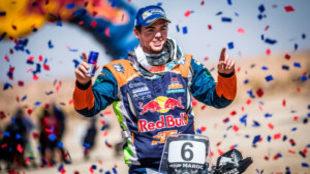 Matthias Walkner (KTM) celebra la victoria en Marruecos.