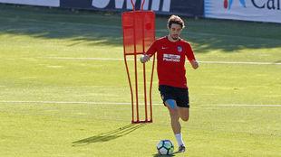 Vrsaljko conduce un balón durante un entrenamiento del Atlético.