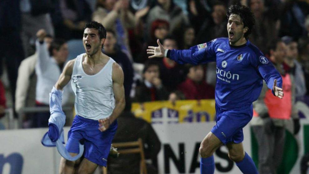 Albiol celebra junto a Belenguer su gol en la primera victoria del...
