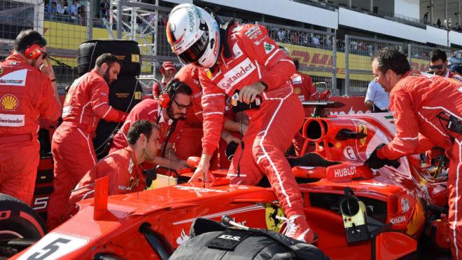 Vettel sale de su coche en el GP de Japón.
