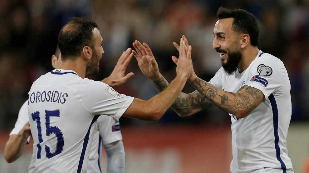 Torosidis y Mitroglou celebran un gol