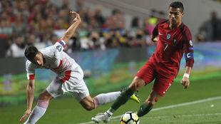Cristiano Ronaldo se marcha de Fabien Schar.
