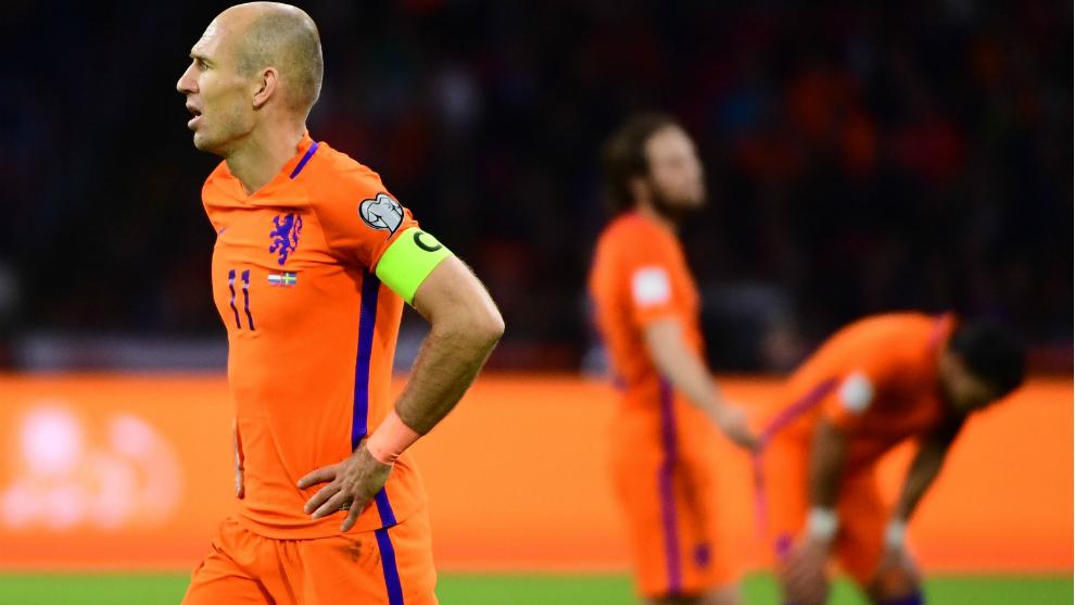Robben se lamenta tras finalizar el partido.