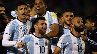 Messi y Mascherano celebran la victoria sobre el Ecuador