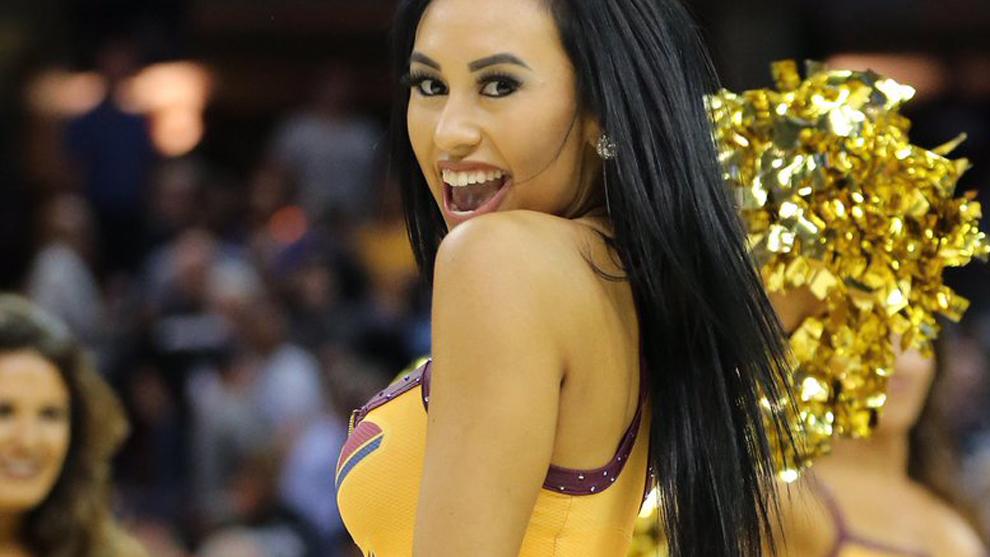Una animadora de los Cavaliers sonríe al ver a LeBron en la cancha