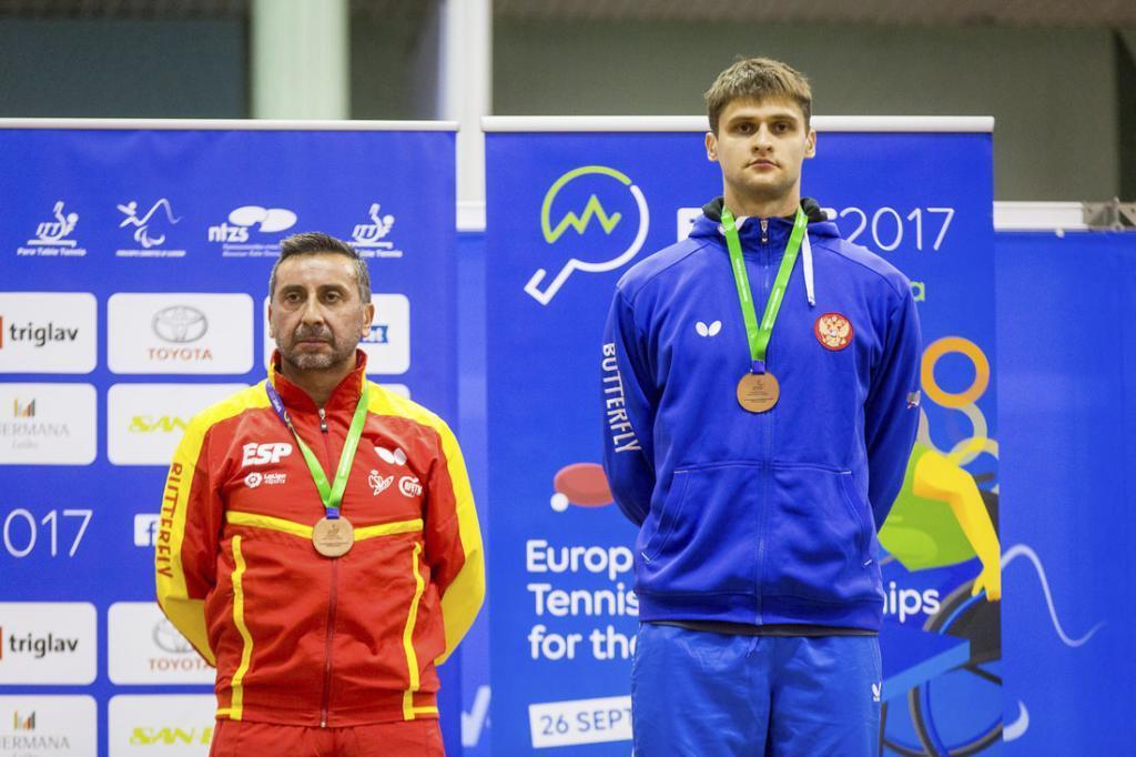 Juan Bautista en el podio con su medalla de bronce individual en el...