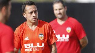 Fabián Orellana, en un entrenamiento con el Valencia.