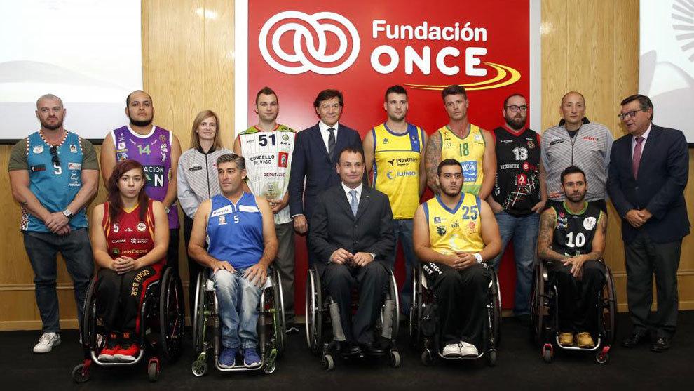 Representantes de los 10 equipos que disputan la Liga de baloncesto en...