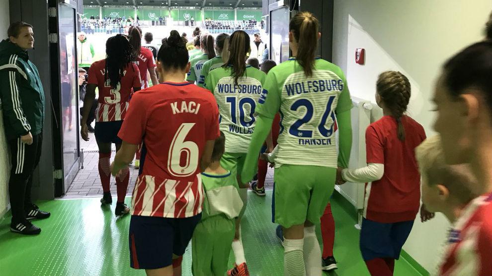 Jugadoras del Atlético de Madrid y Wolfsburgo antes del partido en el...