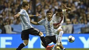 Sergio Peña intenta taponar el despeje de Lucas Biglia en presencia...