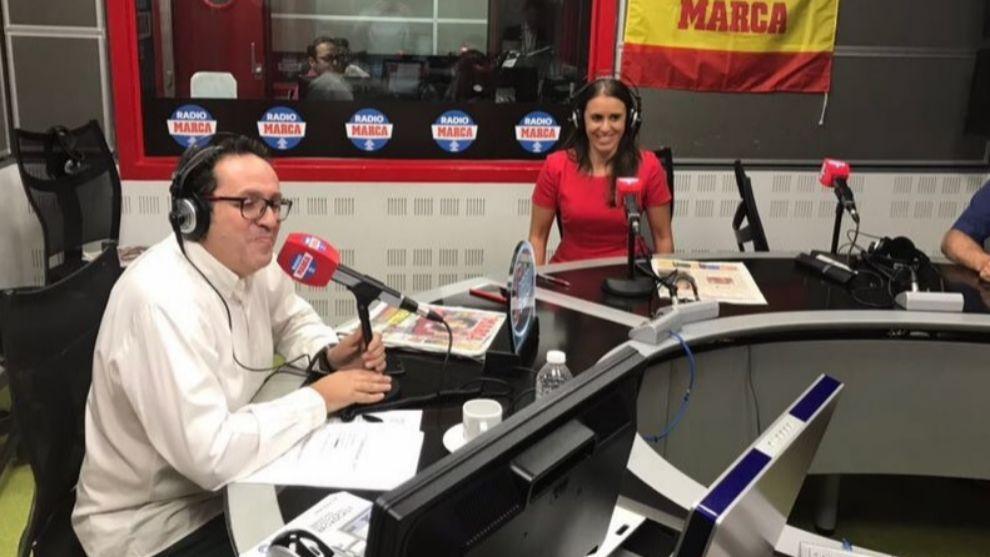 Anabel Medina junto a Vicente Ortega en los estudios de Radio MARCA