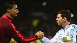 Cristiano y Messi saludándose antes de un partido