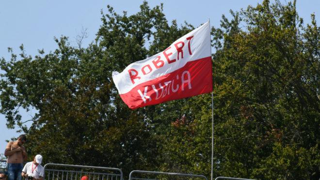 Una bandera con el nombre de Robert Kubica.