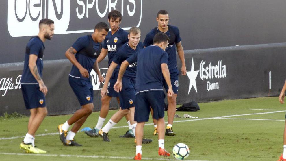 Los jugadores del Valencia realizan un ejercicio en Paterna.