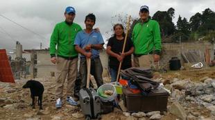Gerald Fiedler, a la izquierda, con los afectados por el sismo.
