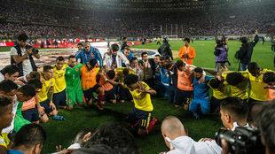 Los jugadores colombianos celebran sobre el césped del estadio...