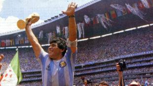 Maradona, con la copa del mundo ganada en 1986