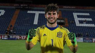 Álvaro Fernández posando con la camiseta de la Selección Española...