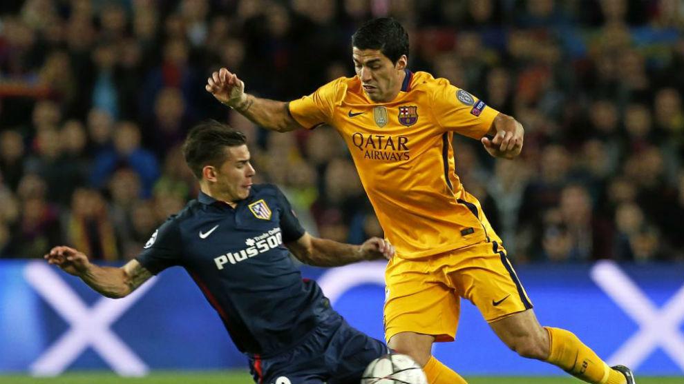 Lucas intenta robar un balón a Suárez en el Camp Nou