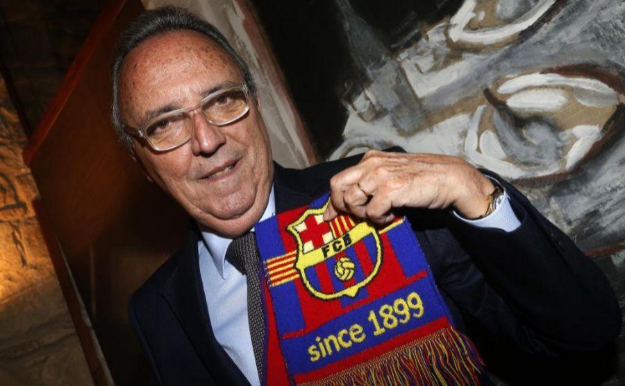 Joan Gaspart posando con la bufanda del Barcelona