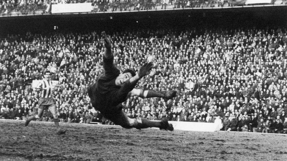 Luis Aragonés dispara en un partido en la primera temporada en el...