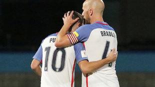 Michael Bradley y Christian Pulisic durante el partido ante Trinidad y...