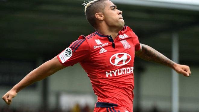 Mariano celebra un gol con el Lyon.