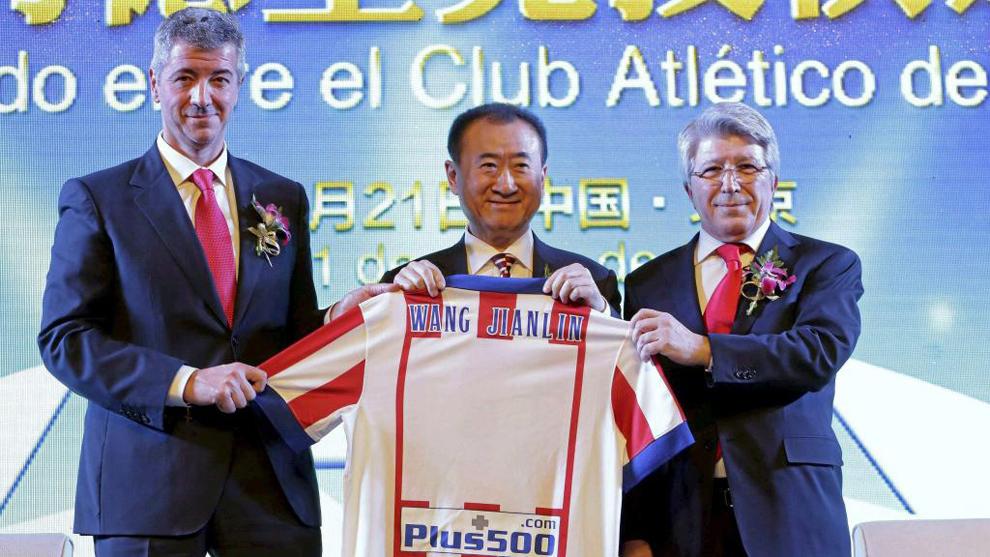 Wang Jianlin (62), junto a Miguel Ángel Gil y Enrique Cerezo