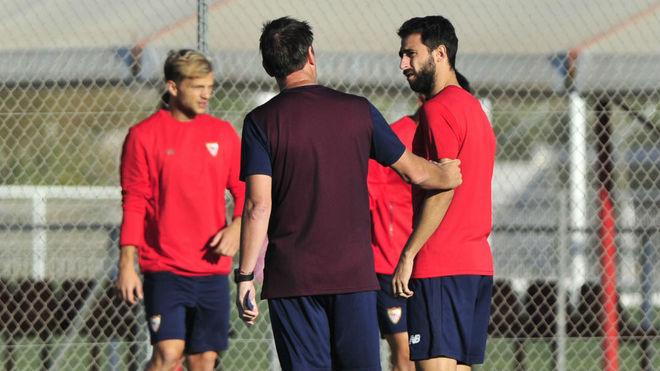 Berizzo habla con Pareja en un entrenamiento.