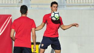 Corchia controla un balón con el pecho en un entrenamiento.