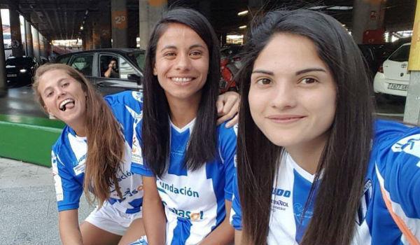 Sofía Hartard, Francisca Lara y Bárbara Santibáñez con la camiseta...