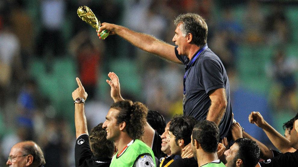 Los jugadores de Irán mantean a Queiroz tras lograr el pase al...