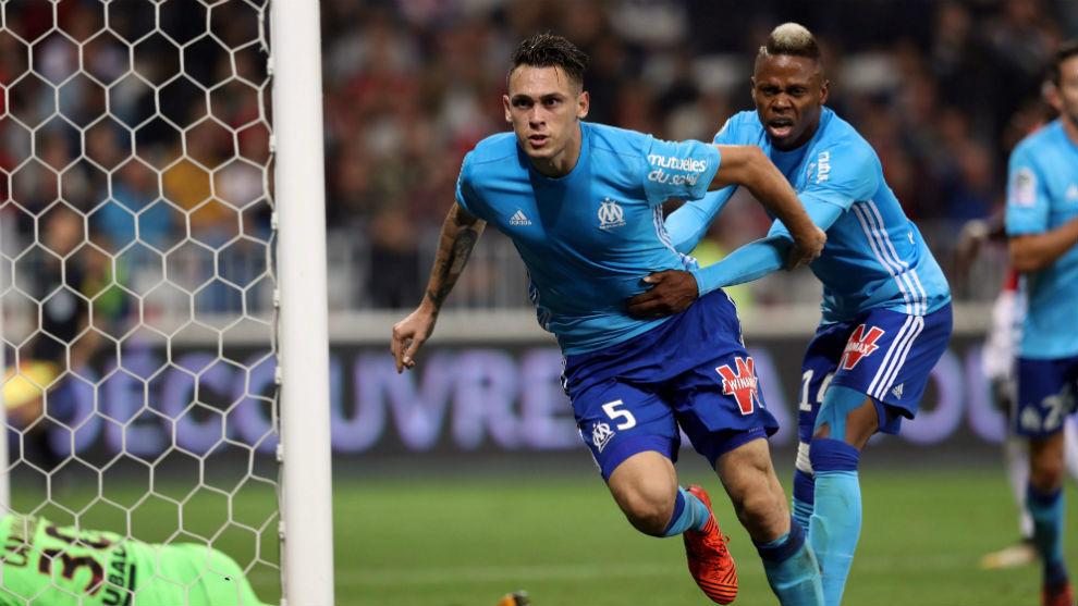 Lucas Ocampos celebra junto a N'Jie su gol al Niza.