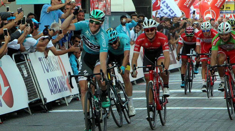 Sam Bennett celebrando su tercer triunfo consecutivo en Turquía.