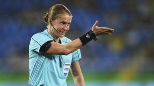 Esther Staubli, gesticula durante un encuentro internacional.