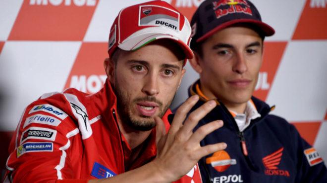 Dovizioso se explica con Márquez a su derecha.