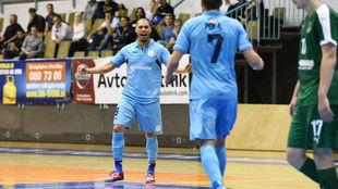 Elisandro celebra uno de sus goles ante el Dina de Moscú.