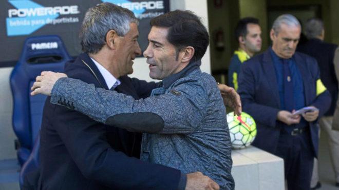 Marcelino y Setién se abrazan antes de un partido en El Madrigal.
