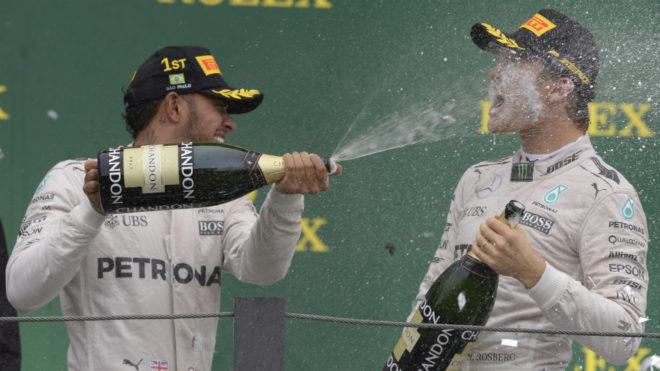 Hamilton moja a Rosberg en el podio.