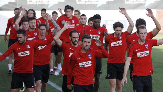 Los jugadores del Atlético, en el entrenamiento de este jueves.