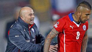 Sampaoli trata de hablar con Vidal en un partido de la selección...