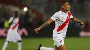 Paolo Guerrero (33) festeja el gol de la selección de Perú en su...